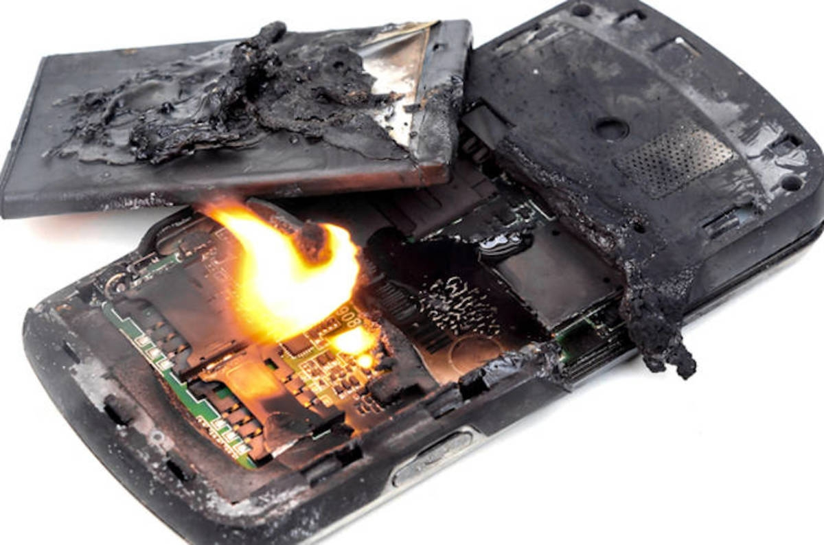 તમે તમારા ખિસ્સામાં જીવતો બોમ્બ લઈને તો નથી ફરતા ને? કેમ ફાટે છે  બેટરી ?