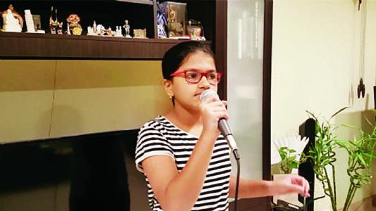 આ છોકરી ૮૦ ભાષાઓમાં ગીતો ગાય છે