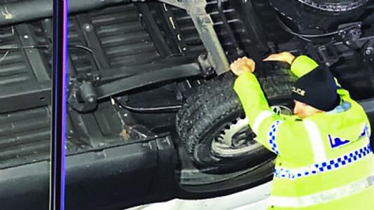 ડ્રાઇવરનો જીવ બચાવવા પોલીસે બ્રિજ પર ઝૂલતી ટ્રકને ૧૫ મિનિટ સુધી હાથથી પકડી રાખી
