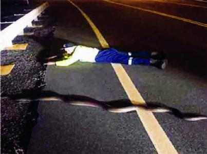 અજગરને બચાવવા માટે હાઈ-વે પર સૂઈ ગયો આ વ્યક્તિ
