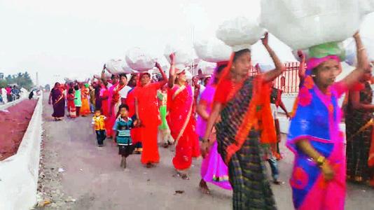 સમરસતા : કર્ણાટકના હજારો દલિતો દ્વારા દશોહા મઠમાં લાખો રોટલીઓ પહોંચાડી