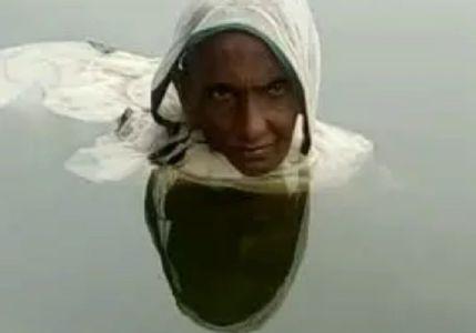 આ મહિલા ૨૦ વર્ષથી તળાવમાં જ રહે છે